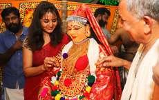 പെരുവനം ക്ഷേത്രത്തിൽ നടന്ന കഥകളിയിൽ മഞ്ജു വാര്യരുടെ അമ്മ ഗിരിജ പാഞ്ചാലിയുടെ വേഷത്തിൽ