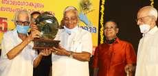 25 മത് ജന്മാഷ്ടമി പുരസ്ക്കാരം ആർട്ടിസ്റ്റ് നമ്പൂതിരി കലാമണ്ഡലം ഗോപിക്കു നൽകുന്നു