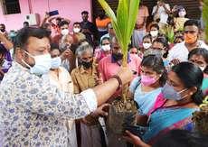 : തിരുവില്വാമലയിലെ പഞ്ചായത്ത് ഹാളിൽ നടന്ന ചടങ്ങിൽ സുരേഷ് ഗോപി എം.പി തൈങ്ങിൻ തൈ വിതരണം ചെയ്യുന്നു