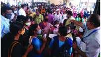 കോവിഡ് മാനദണ്ഡങ്ങള് പാലിക്കാതെ മന്ത്രിമാരുടെ അദാലത്ത്
