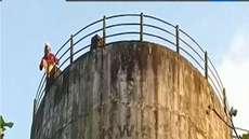 വാട്ടര് ടാങ്കിന് മുകളില് കയറി മധ്യവയസ്കന്റെ ആത്മഹത്യാ ഭീഷണി