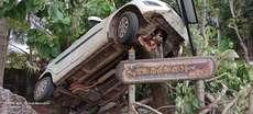 നിയന്ത്രണംവിട്ട കാര് മരത്തിലേക്ക് ഇടിച്ചു കയറി, രണ്ട് പേര്ക്ക് പരിക്ക്