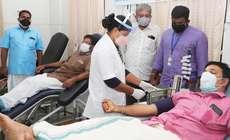 ന്യൂനപക്ഷ മോർച്ച ജില്ലാ കമ്മിറ്റി  രാമവർമപുരം ഐഎംഎ രക്ത ബാങ്കിലെത്തി  രക്തദാനം ചെയ്യുന്നു