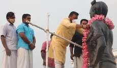 തൃശൂർ നിയോജക മണ്ഡലം എൻ ഡി എ സ്ഥാനാർത്ഥി സുരേഷ് ഗോപി ശക്തൻ പ്രതിമയിൽ താമരമാല അണിയിക്കുന്നു