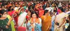 മഹിളാ മോർച്ചയുടെ  മഹിളാ ടൗൺ ഹാൾ തൃശൂരിൽ ഉദ്ഘാടനത്തിനെത്തിയ ബിജെപി ദേശീയ വക്താവ് മീനാക്ഷി ലേഖിയെ വേദിയിലേക്ക് സ്വീകരിക്കുന്നു