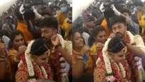 കൊവിഡ് മഹാമാരിക്കിടെ ആകാശത്ത് വച്ചൊരു വിവാഹം; ചടങ്ങിൽ പങ്കെടുത്തത് 130 പേർ,  വിവാഹം ഏറ്റെടുത്ത് സോഷ്യൽ മീഡിയ