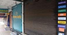 കുറുപ്പം റോഡിലെ മൊബൈൽ കടകൾ അടഞ്ഞുകിടക്കുന്നു