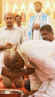 പെസഹാ ദിനാചരണ ദിനത്തിൽ തൃശൂർ പുത്തൻപള്ളിയിൽ ആർച്ച് ബിഷപ്പ് മാർ ആൻഡ്രൂത്ത് താഴത്ത്   ശിഷ്യന്മാരുടെ കാൽകഴുകി ചുംബിക്കുന്നു
