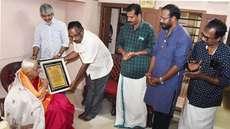യുഎഇ 'ഏകത'യുടെ  പ്രവാസി സംഗീത ഭാരതി പുരസ്കാരം  പാറശ്ശാല  പൊന്നമ്മാളിന് സമ്മാനിച്ചു