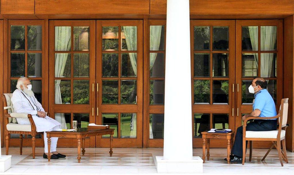 നരേന്ദ്ര മോദിയെ വ്യോമസേനാ മേധാവി    സന്ദര്ശിച്ചു;സമര്പ്പിത കോവിഡ് എയര് സപ്പോര്ട്ട് സെല്ലിനെക്കുറിച്ച് വിശദീകരിച്ചു